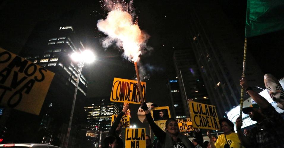 Manifestantes se concentram em frente ao Masp, na Avenida Paulista, em São Paulo, durante manifestação de solidariedade ao ex-presidente Luiz Inácio Lula da Silva. Lula foi condenado a nove anos e seis meses de prisão pelo juiz Sergio Moro no caso do tríplex do Guarujá pelos crimes de corrupção passiva e lavagem de dinheiro