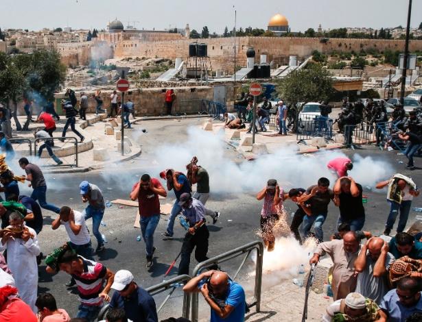 21.jul.2017 - Palestinos correm de gás lacrimogêneo jogado pelas forças israelenses próximo à Cidade Velha de Jerusalém