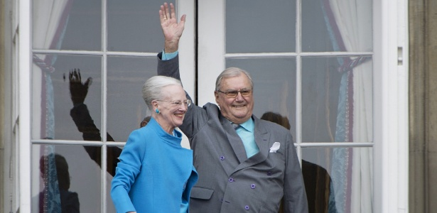 16.abr.2016 - A rainha Margrethe e o príncipe Henrik acenam do balcão durante a celebração do aniversário de 76 anos da rainha, no palácio Amalienborg, em Copenhague