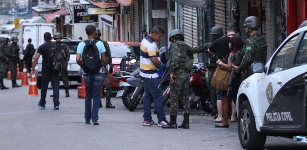 27.out.2017 - Há duas semanas, polícias do Rio e Forças Armadas fizeram cerco ao morro do São Carlos e favelas no entorno