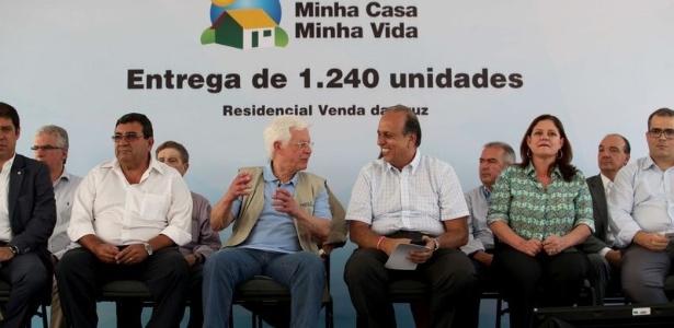 20.dez.2017 - Moreira Franco e Pezão em evento de entrega de casas em São Gonçalo (RJ) - Beth Santos/Secretaria Geral da Presidência