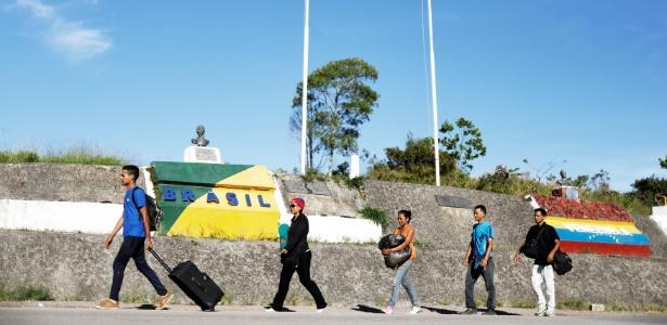 Venezuelanos cruzam a fronteira entre o Brasil e a Venezuela em Pacaraima, Roraima