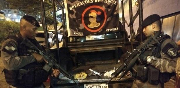 28.fev.2018 - PMs exibem drogas apreendidas na Rocinha