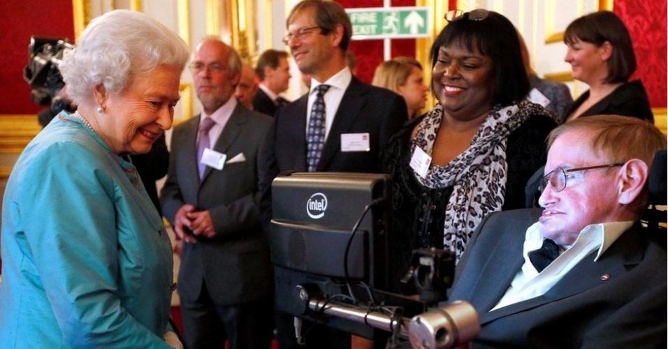 O físico também se encontrou com a rainha da Inglaterra, Elizabeth 2ª. Os dois participaram de um evento de caridade em 2014, no Palácio St James, em Londres
