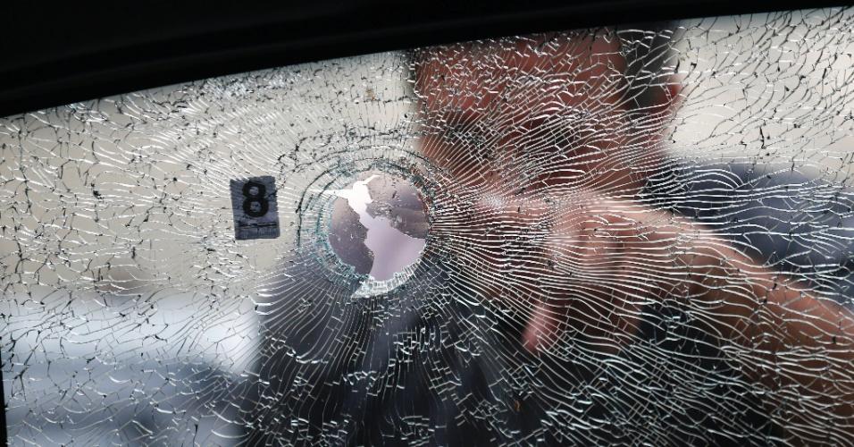 15.mar.2018 - Agentes da Divisão de Homicídios fazem uma nova perícia no carro da vereadora Marielle Franco (PSOL-RJ). Marielle foi morta a tiros quando saia de um evento no centro do Rio. A perícia apontou nove tiros no carro, todos em direção a Marielle, que estava no banco de trás
