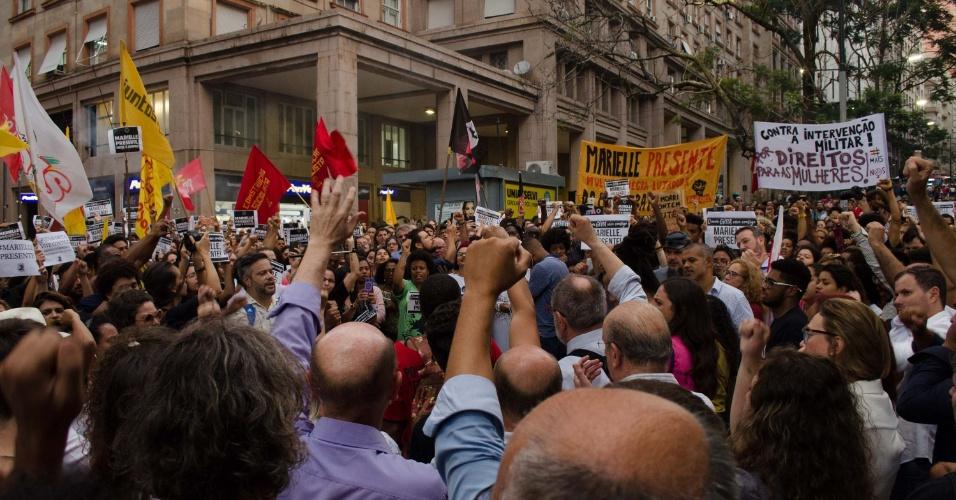 15.mar.2018 - Movimentos sociais se reúnem no centro de Porto Alegre (RS), na noite desta quinta-feira (15), para protestar contra a morte da vereadora Marielle Franco (PSOL-RJ). O grupo se reuniu na Esquina Democrática e realizou uma marcha até o largo Zumbi dos Palmares
