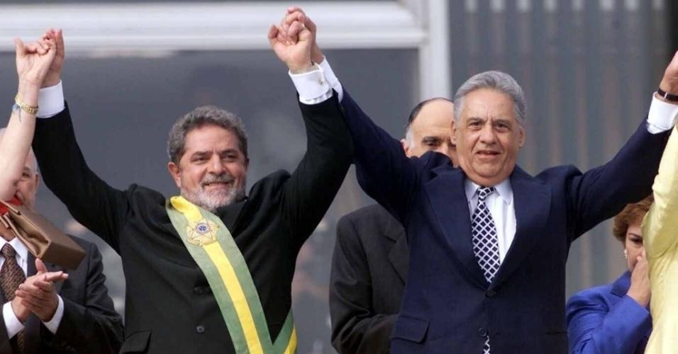Ao lado de Fernando Henrique Cardoso, Lula toma posse de seu primeiro mandato como presidente em Brasília em 2003