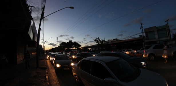 Apagão desliga semáforos e causa engarrafamento no Recife (PE)