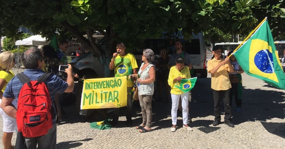 19.abr.2018 - Do lado de fora do CML, ao lado do monumento em homenagem a Duque de Caxias, dez pessoas fazem manifestação em favor da volta do regime militar