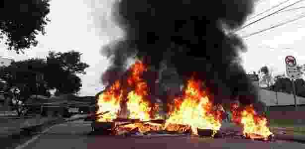 28.abr.2018 - Manifestantes queimam pneus e bloqueiam rua do bairro de Santa Cândida, em Curitiba (PR), onde está localizado o acampamento Marisa Letícia, que reúne apoiadores do ex-presidente Luiz Inácio Lula da Silva. Duas pessoas teriam sido atingidas por tiros efetuados contra o acampamento - Divulgação