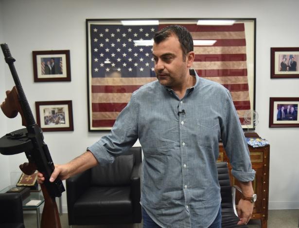 Ali Soufan, imigrante libanês e ex-agente do FBI, com uma arma que recebeu de presente