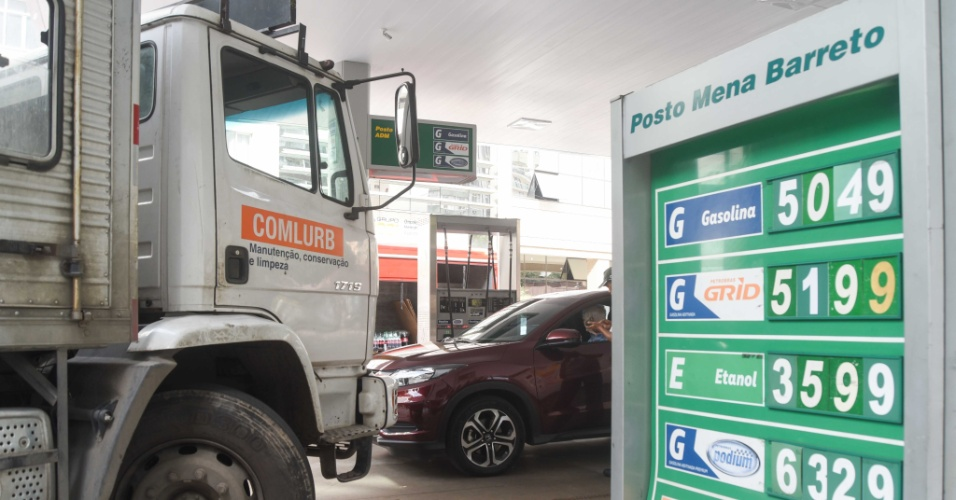 Movimento em posto de combustível do bairro de Botafogo, na zona sul do Rio de Janeiro, nesta quarta-feira (23). O protesto dos caminhoneiros contra o aumento do diesel, que entrou no terceiro dia, já compromete o abastecimento em postos de combustível do país