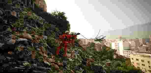 Equipe de rapel retirou sete toneladas de lixo de um morro de 60 metros de altura - Pablo Jacob / Agência O Globo - Pablo Jacob / Agência O Globo