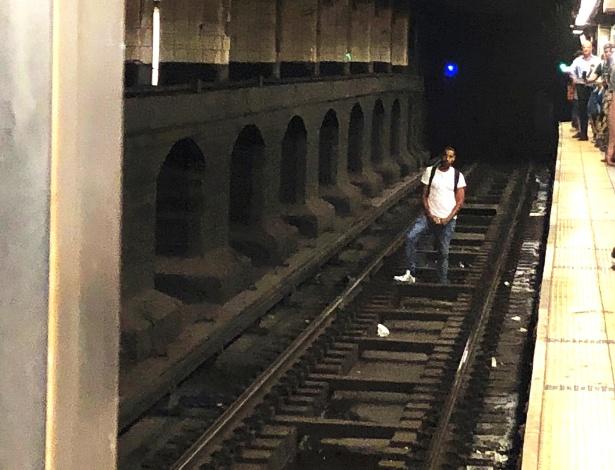 Homem invade trilhos do metrô na Grand Central Station, em Manhattan - Doug Latino via The New York Times