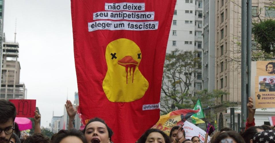 Em protesto contra Jair Bolsonaro, na avenida Paulista, mulheres fizeram um apelo contra o ?antipetismo? e relembraram o pato amarelo,  criado pela FIESP ((Federação das Indústrias do Estado de São Paulo) contra o aumento dos impostos e que virou um dos símbolos dos protestos pelo impeachment da ex-presidente Dilma Rousseff (PT)