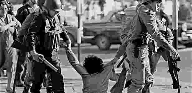 Manifestante é arrastado por militares durante protesto durante a ditadura militar argentina em 30 de março de 1982 - DANIEL GARCIA/AFP - DANIEL GARCIA/AFP
