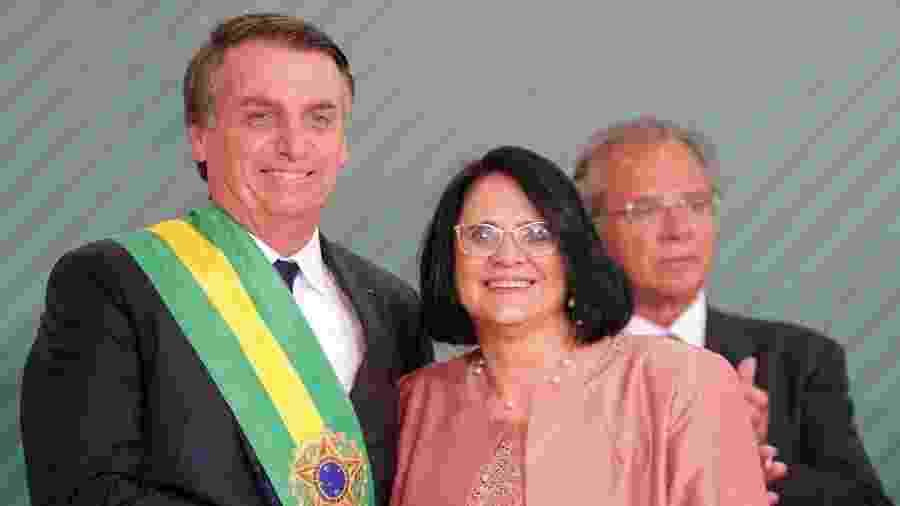 O presidente da República, Jair Bolsonaro e a Ministra da mulher, Família e Direitos Humanos, Damares Alves durante cerimônia de posse no Palácio do Planalto em Brasília (DF) - FÁTIMA MEIRA/FUTURA PRESS/FUTURA PRESS/ESTADÃO CONTEÚDO