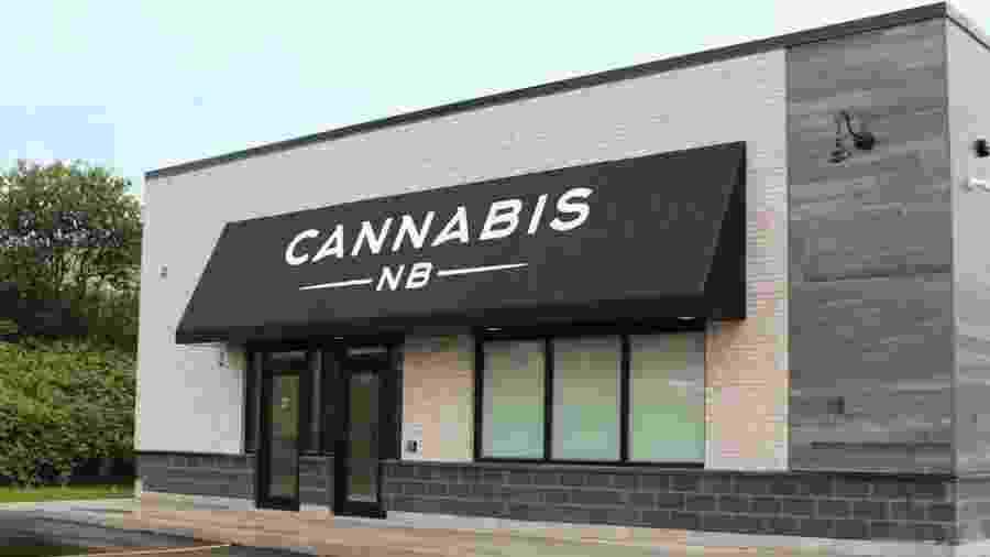 Cannabis NB, loja que havia colocado em seu site descrições e fotos de pessoas sorridentes e posando para selfies, teve que fazer alterações depois de recomendações do governo do Canadá - Divulgação