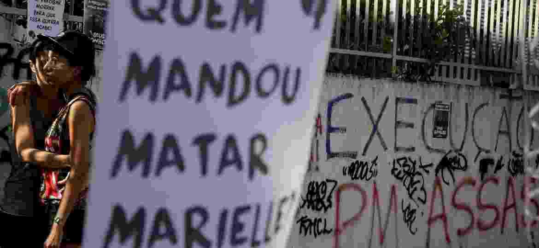 """""""Quem mandou matar Marielle"""": Manifestantes prestam homenagem a Marielle Franco no local do assassinato e cobram a elucidação completa do crime - Ricardo Moraes/REUTERS"""