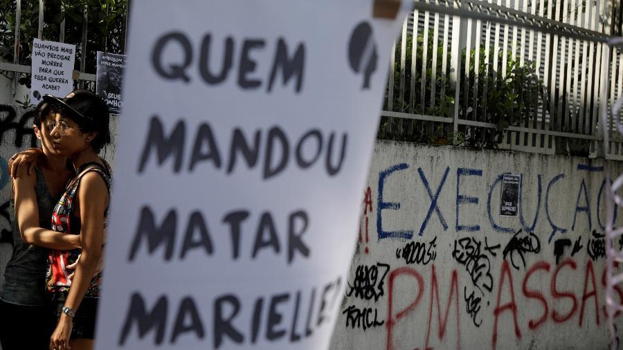 """Manifestantes exibem cartaz com a frase """"Quem mandou matar Marielle"""" durante ato no aniversário da morte da vereadora - Ricardo Moraes - 14.mar.2019/REUTERS"""