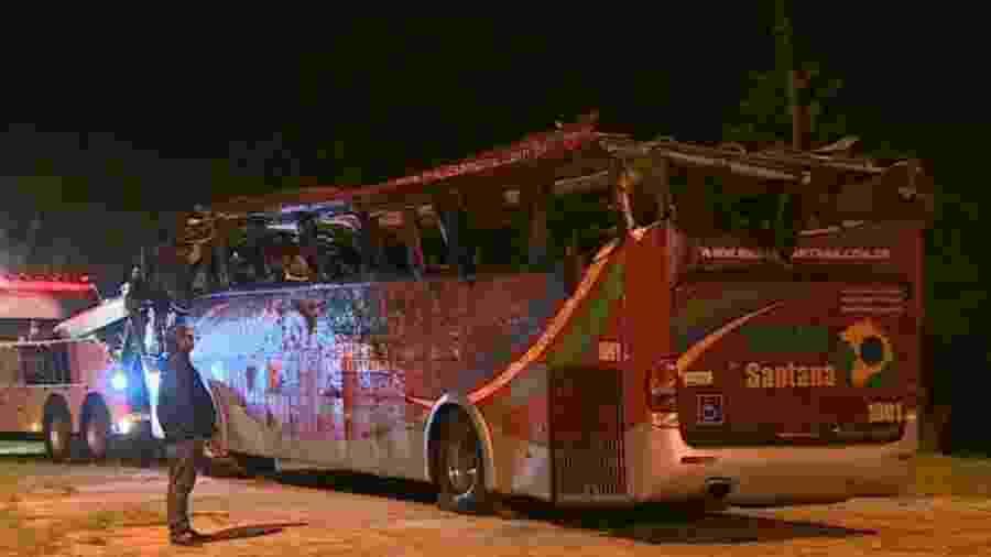 De acordo com o Corpo de Bombeiros, oito adultos e duas crianças morreram no acidente - Reprodução/TV Globo