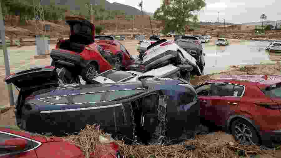 Carros empilhados após inundação causada por tempestade em Orihuela, Espanha, no sábado (14) - Jon Nazca/Reuters