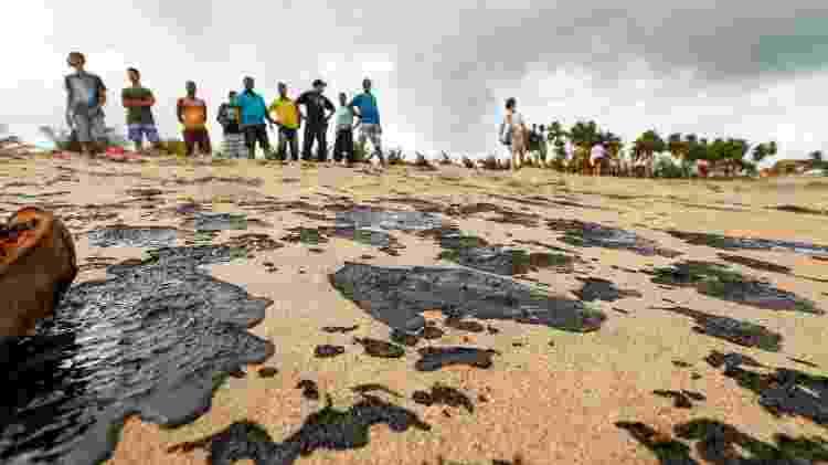 Pedaços de óleo são encontrados em cerca de 200 metros da praia de Japaratinga, em Alagoas - Instituto do Meio Ambiente de Alagoas / Divulgação