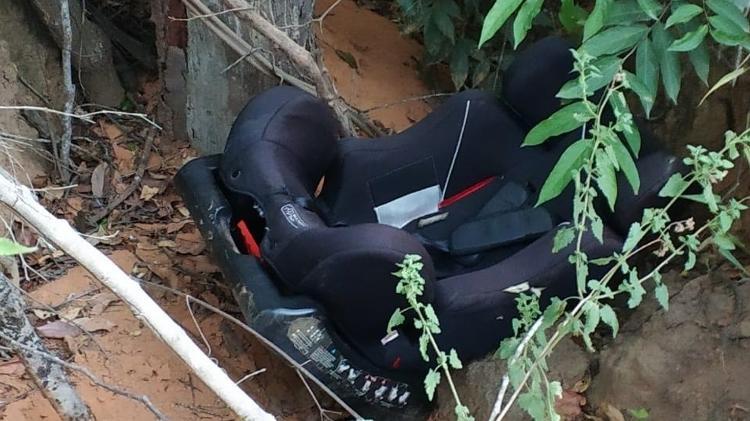 Cadeirinha em que a criança estava foi encontrada junto ao corpo em uma zona rural da Bahia - Divulgação/Polícia Civil