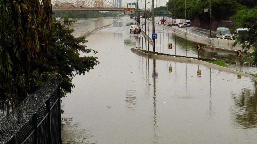 Marginal Tietê, em São Paulo, ficou totalmente alagada por conta das chuvas que caíram em São Paulo  - HÉLVIO ROMERO/ESTADÃO CONTEÚDO