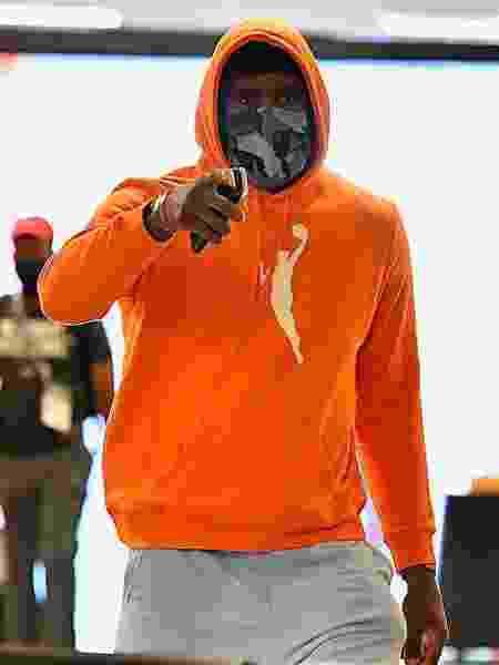 LeBron James chego à ginásio vestindo o casaco laranja da WNBA - Reprodução