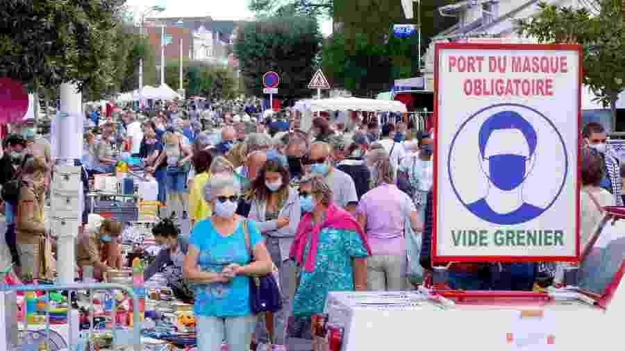 Aglomeração de pessoas em um mercado a céu aberto na França - Charles Platiau/Reuters