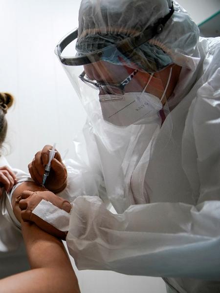 Médica participa de testes de vacina contra a covid-19 na Rússia - Tatyana Makeyeva/Reuters