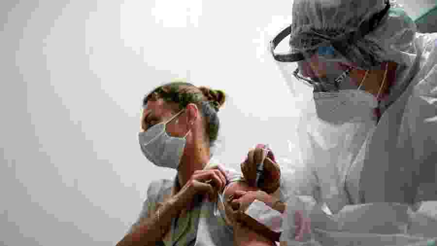 Médica participa de testes de vacina contra covid na Rússia - Tatyana Makeyeva/Reuters