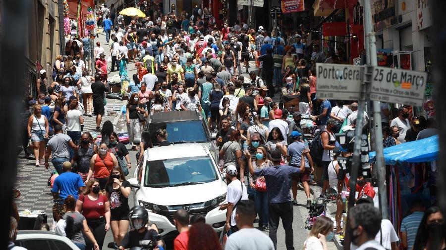 20.fev.21 - Movimentação intensa na Ladeira Porto Geral e 25 de Março, no centro da cidade de São Paulo - RENATO S. CERQUEIRA/FUTURA PRESS/ESTADÃO CONTEÚDO