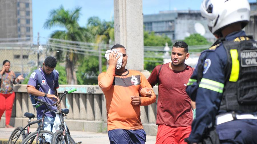 29.mai.2021 - Homem ficou ferido no olho após policiais militares atirarem balas de borracha contra manifestantes no Recife, em maio - Junior Boo/O Fotográfico/Estadão Conteúdo