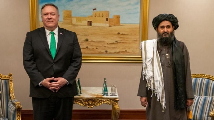 O então secretário de Estado Mike Pompeo e Abdul Ghani Baradar se reuniram em setembro de 2020 em Doha - Getty Images