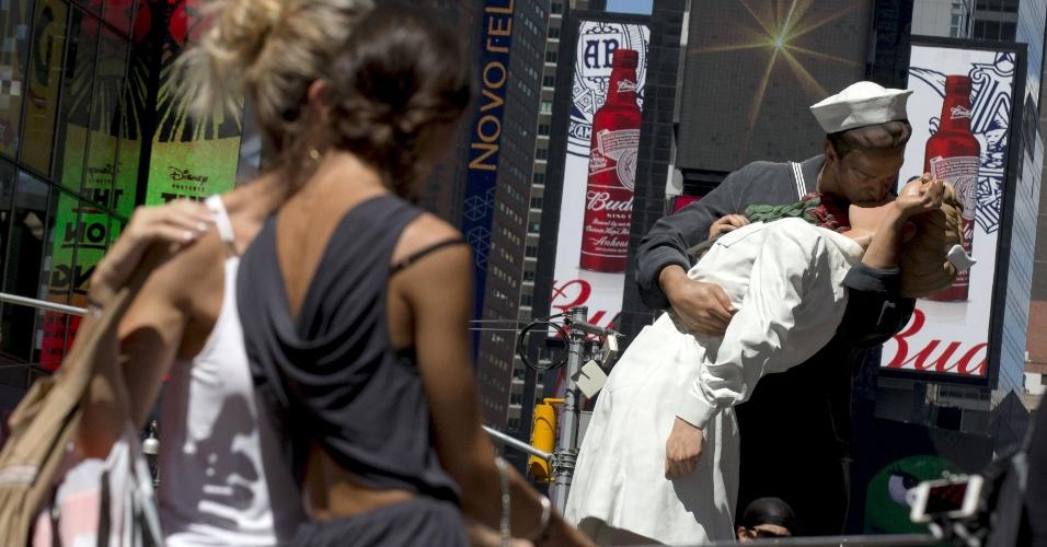 13.ago.2015 - Turistas fazem selfie perto da escultura que retrata a famosa foto de Alfred Eisenstaedt, na Times Square, em Nova York (EUA). A réplica foi instalada no local para celebrar os 70 anos da foto do beijo mais famoso da história norte-americana entre uma enfermeira e um marinheiro em 14 de agosto de 1945, quando comemoravam o fim da Segunda Guerra Mundial