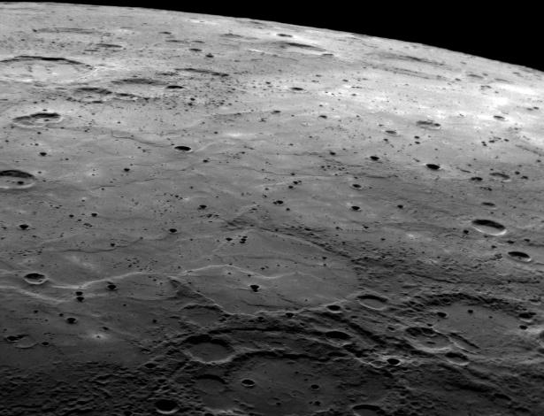 26.ago.2015 - MERCÚRIO - Só depois de 30 anos da passagem da Mariner 10 por Mercúrio, a Nasa enviou uma nova missão ao planeta: a sonda Messenger, que sobrevoou Mercúrio três vezes entre 2008 e 2009 e ficou na órbita do planeta de março de 2011 até 30 de abril deste ano, quando caiu, propositalmente, na superfície de Mercúrio. A Messenger mostrou regiões até então desconhecidas do planeta, como a registrada nesta imagem feita em outubro de 2008, que mostra um terreno bastante acidentado e uma área plana considerada de formação geológica jovem