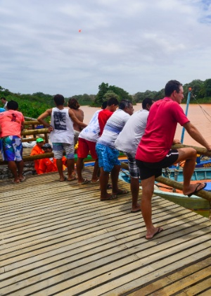 Moradores da vila de Regência (ES) observam a chegada da lama da Samarco