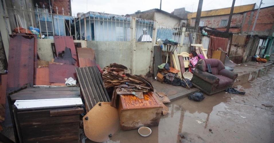 11.jan.2016 - Moradores descartam móveis e utensílios domésticos destruídos após uma intensa chuva que atingiu o município de Itaquaquecetuba, em São Paulo