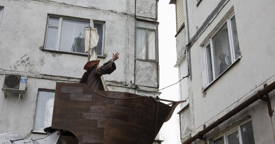 5.fev.2016 - Na hora de declarer o seu amor à jovem Anastasiya, 18, o cinegrafista russo German Yesakov, 25, usou uma escada Magirus para ser levantado até a janela da jovem, antes do casamento deles, em Stavropol, na Rússia. Yesakov escolheu como traje para o matrimônio uma fantasia do capitão de Jack Sparrow, personagem da franquia cinematográfica Piratas do Caribe. A novidade pegou a noiva de surpresa