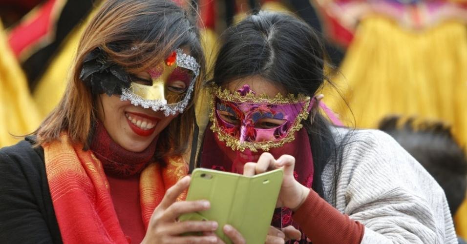 VALETA, MALTA - Turistas mascarados aproveitam folia do carnaval de Valeta, em Malta