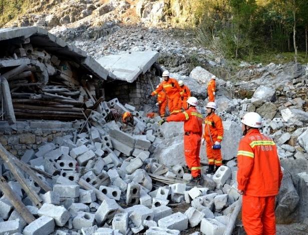 8.fev.2016 - Equipes de resgate trabalham no local onde ocorreu um deslizamento de terra na região autônoma meridional de Guangxi Zhuang (China)