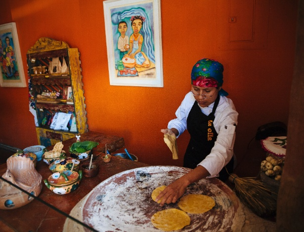 Maria Juana prepara tortilhas de milho em um restaurante em Oaxaca (México)