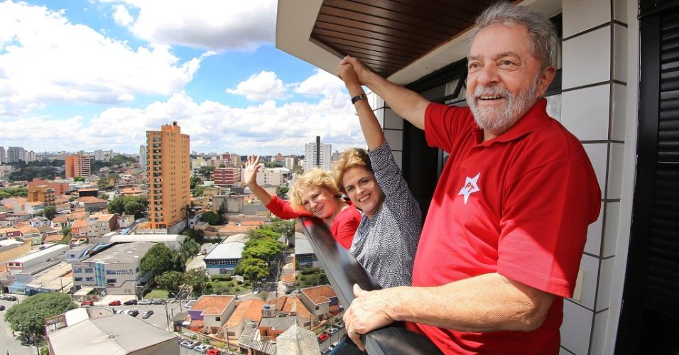 5.mar.2016 - A presidente Dilma Rousseff (centro) se encontrou com o ex-presidente Luiz Inácio Lula da Silva e com a mulher dele, Marisa Letícia, no apartamento do petista em São Bernardo do Campo