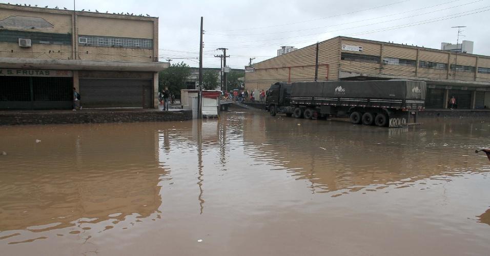 11.mar.2016 - Chuva causa alagamento no Ceagesp (Companhia de Entrepostos e Armazéns de São Paulo), na avenida Gastão Vidigal, na zona oeste de São Paulo