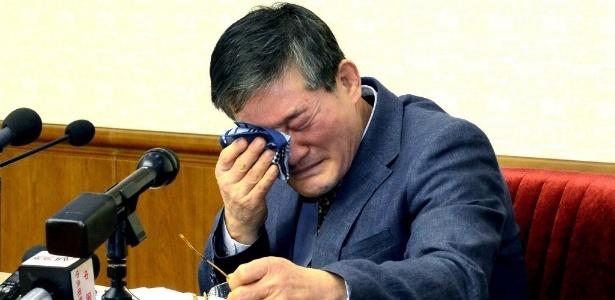 Kim Dong Chul chora durante depoimento na Coreia do Norte em março