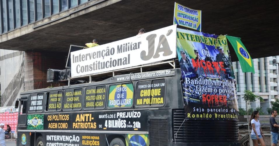 2.abr.2016 - Em meio a protestos de motoqueiros e caminhoneiros contra a presidente Dilma Rousseff (PT) na avenida Paulista, em São Paulo, ônibus decorado pede pela intervenção militar na política nacional