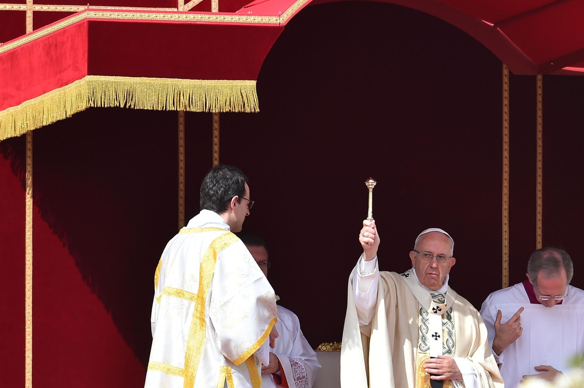 3.abr.2016 - Papa Francisco durante missa na Praça de São Pedro, neste domingo; em um gesto inédito, o pontífice pediu neste domingo que as paróquias da Europa recolham fundos durante a missa de 24 de abril para serem enviados à Ucrânia, em favor dos