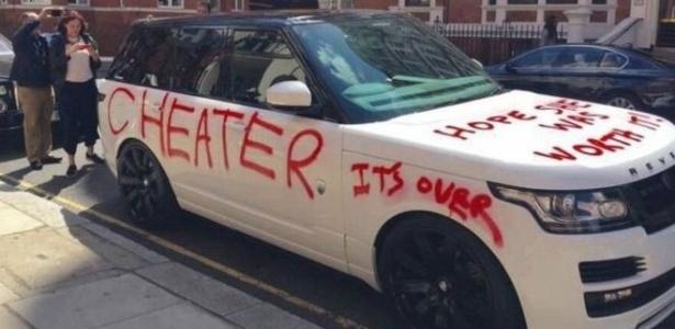 """Autor das fotos diz ter visto mulher """"com muita raiva"""" usando spray de tinta vermelha para pintar mensagens como """"espero que ela tenha valido a pena"""""""